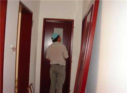 如何安装室内门